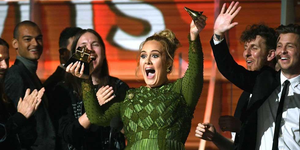 Adele merusak piala grammy nya